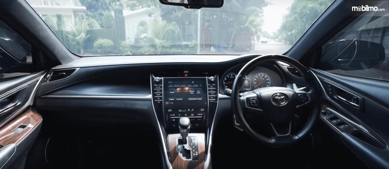 Gambar ini menunjukkan dashboard dan kemudi mobil Toyota Harrier XU60 2015