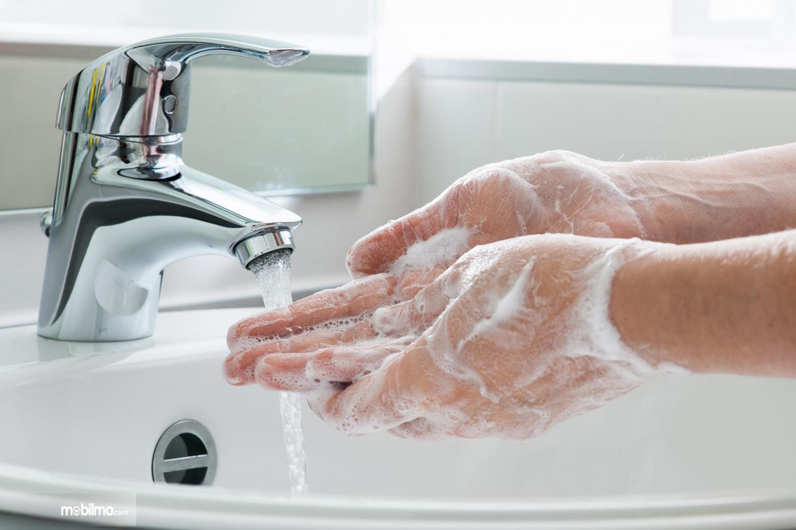 Foto menunjukkan mencuci tangan dengan sabun