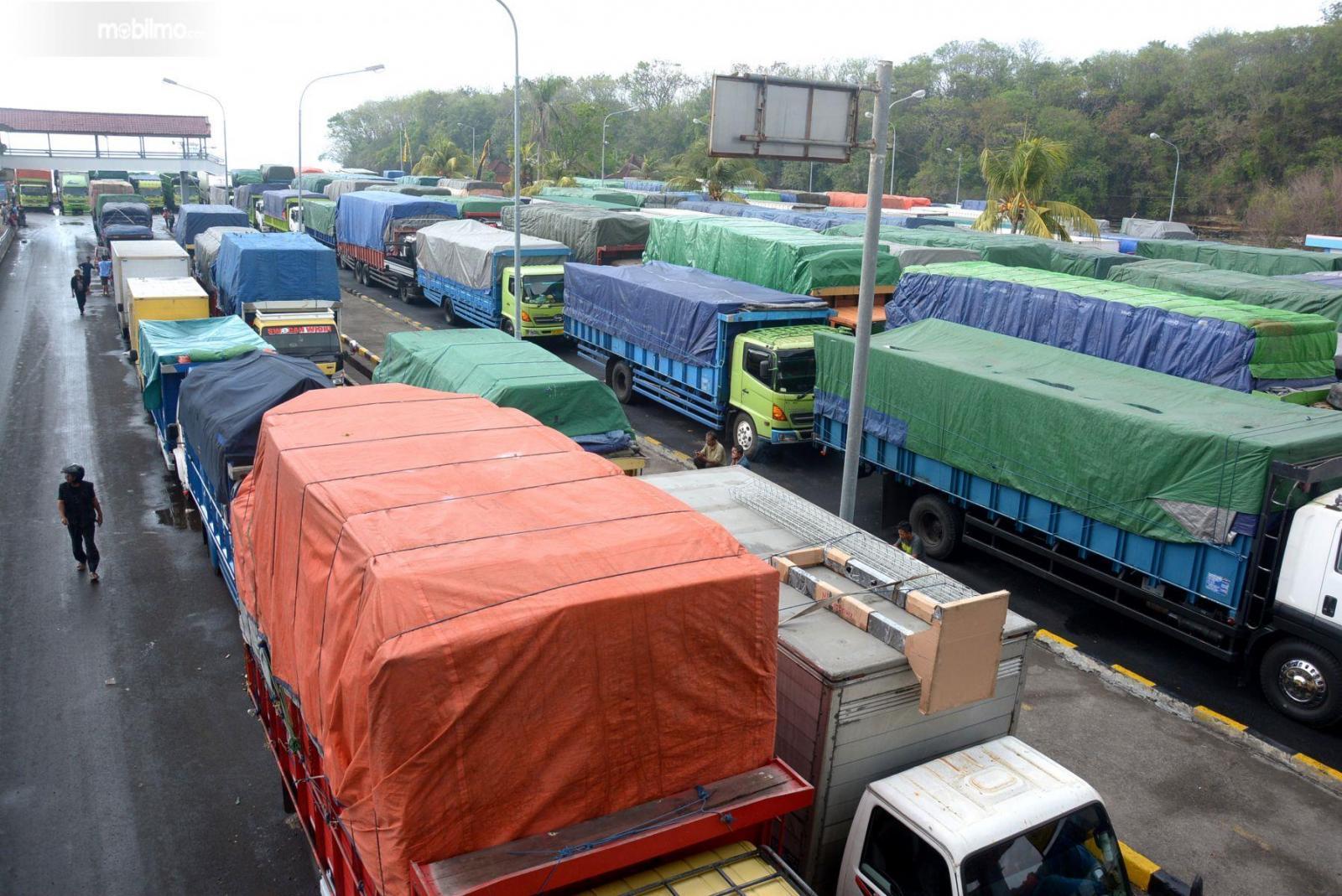 Foto menunjukkan sejumlah truk menunggu giliran untuk jalan
