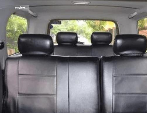 Gambar ini menunjukkan headrest pada jok mobil Daihatsu Taruna FGX Oxxy 2005
