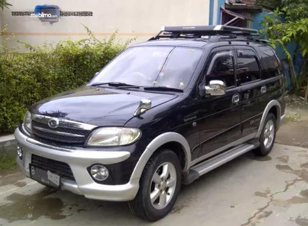 Gambar ini menunjukkan bagian depan mobil Daihatsu Taruna FGX Oxxy 2005