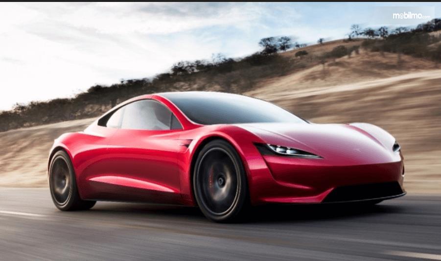 Gambar ini menunjukkan mobil supercar warna merah tampak depan dan samping kanan