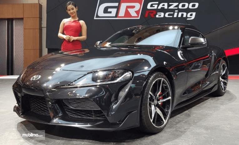 gambar ini menunjukkan mobil supercar Toyota warna hitam