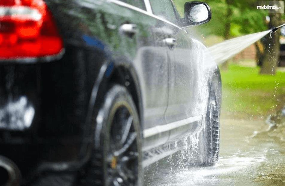 Gambar ini  menunjukkan penyemprotan mobil
