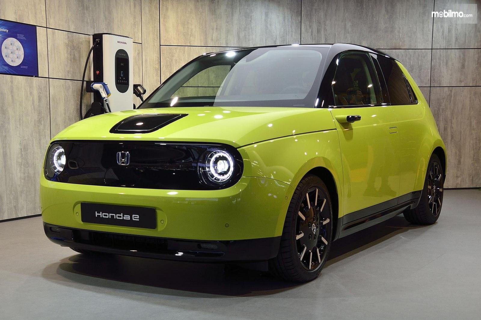 Foto menujukkan mobil listrik Honda e tampak dari samping depan