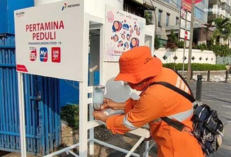Gambar ini menunjukkan seorang pria sedang mencuci tangan