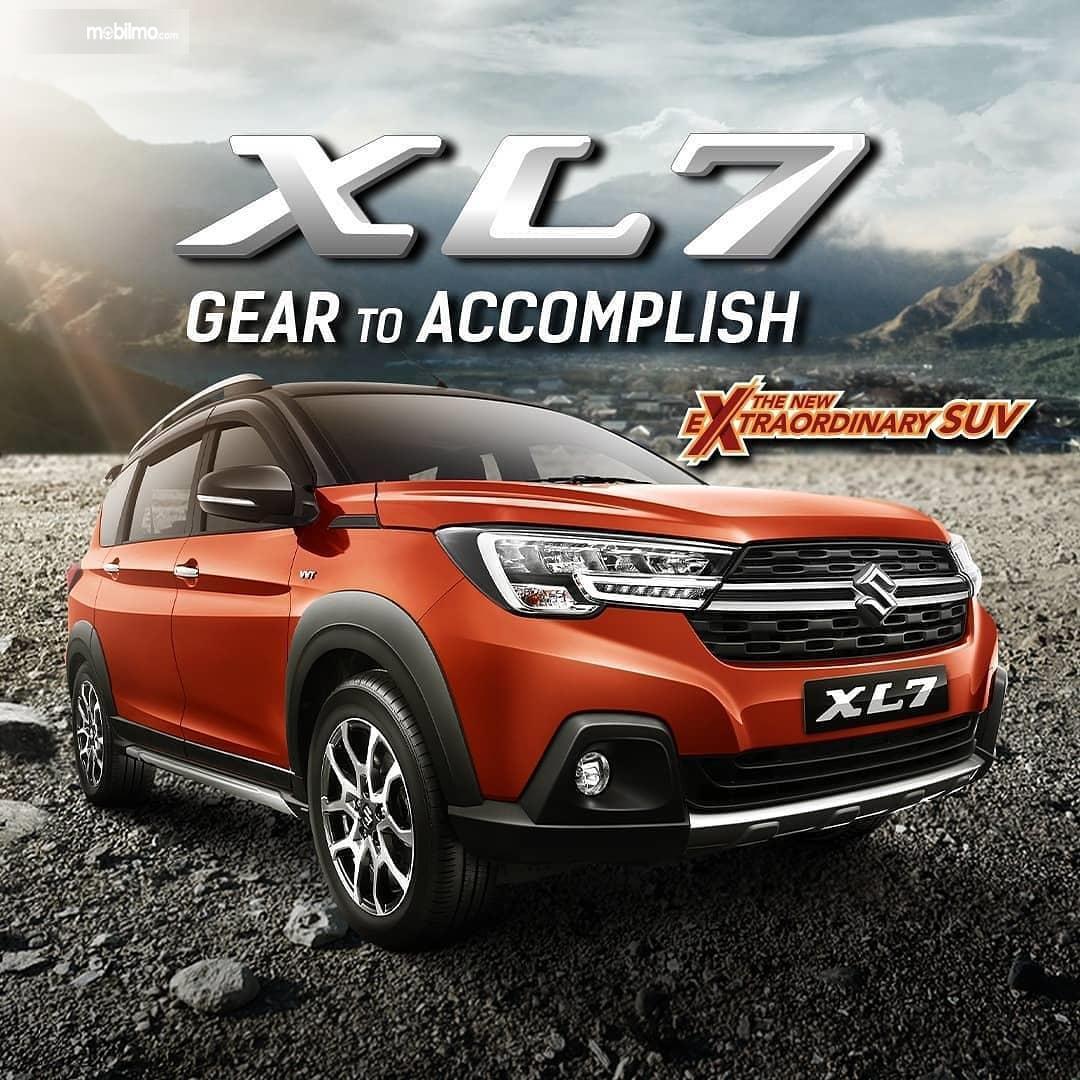 Foto menunjukkan Suzuki XL7 tampak dari samping depan
