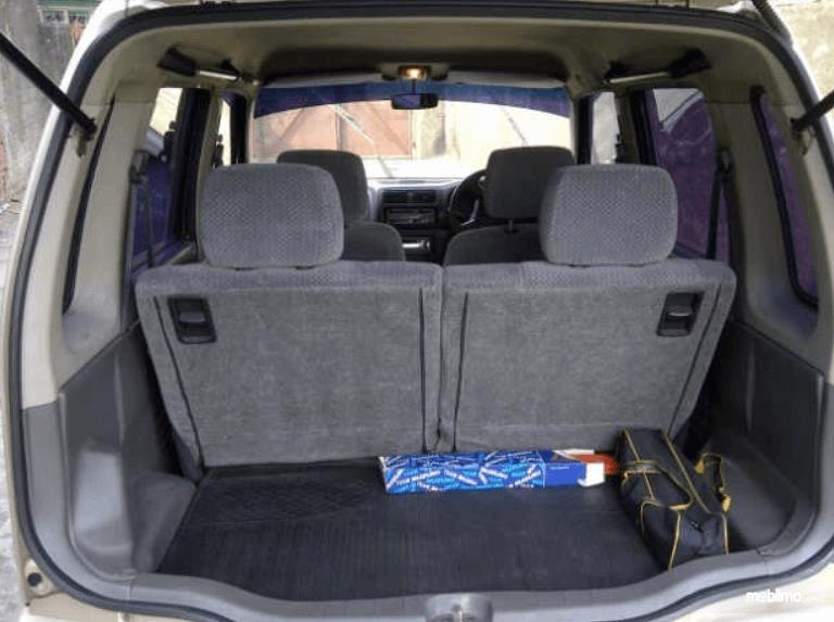Gambar ini menunjukkan bagasi mobil Suzuki Karimun GX 2005