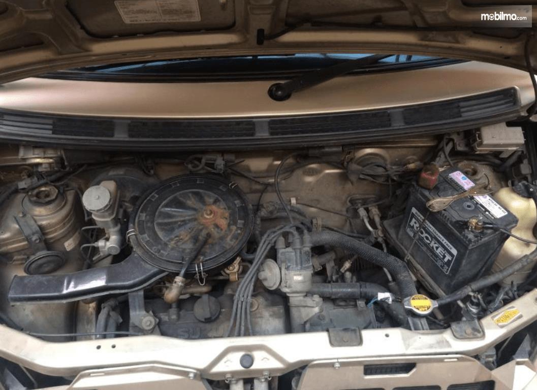 Gambar ini menunjukkan mesin mobil Suzuki Karimun GX 2005