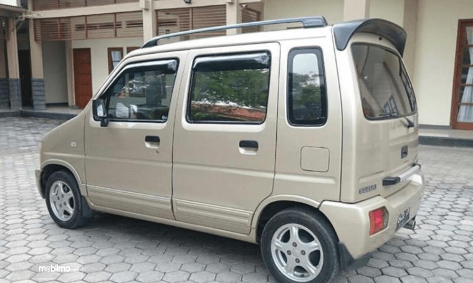 Gambar ini menunjukkan bagian belakang dan samping kiri Suzuki Karimun GX 2005