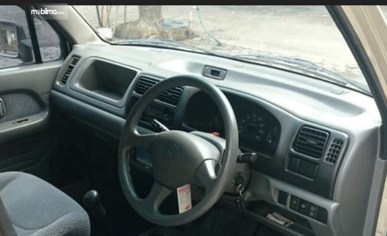 Gambar ini menunjukkan dashboard mobil Suzuki Karimun GX 2005