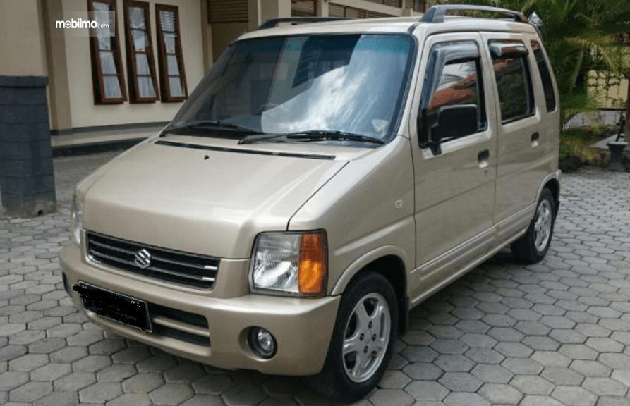Gambar ini menunjukkan bagian depan dan samping kiri Suzuki Karimun GX 2005