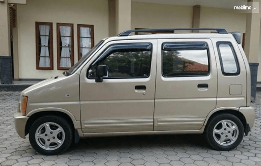 Gambar ini menunjukkan bagian samping Suzuki Karimun GX 2005