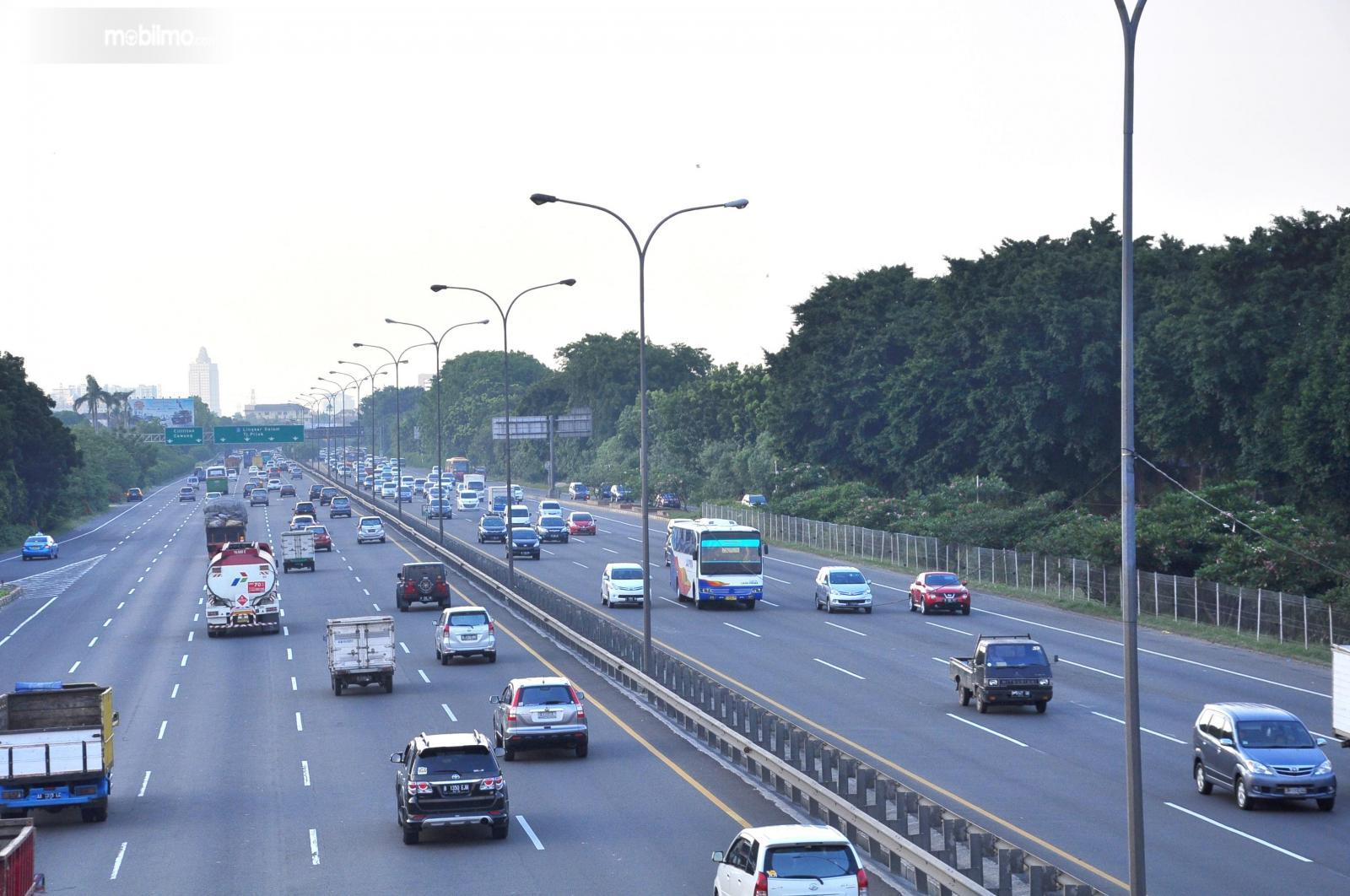 Foto lalu lintas di jalan tol