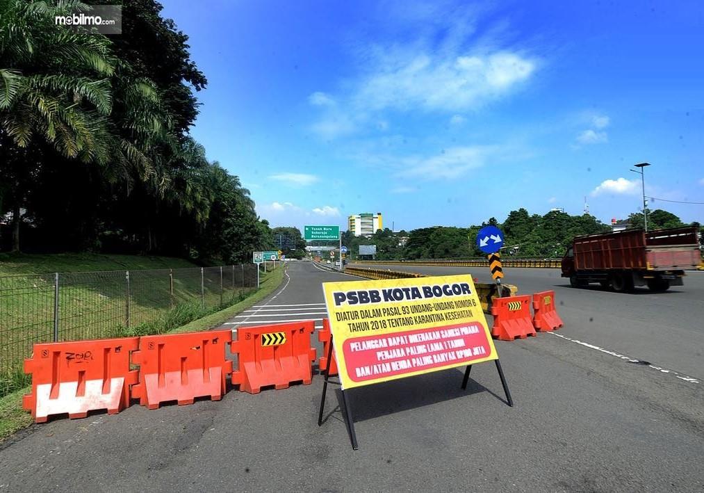 Foto menunjukkan penutupan akses ke Kota Bogor karena PSBB