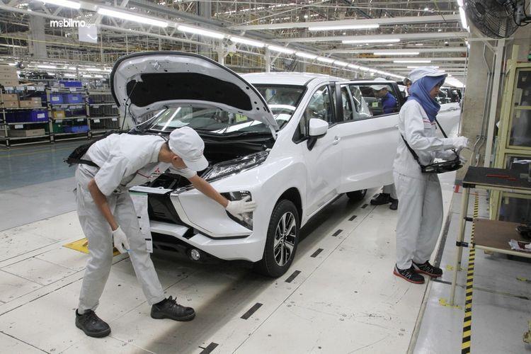 Foto menunjukkan Perakitan Mitsubishi Xpander di pabrik Mitsubishi Cikarang