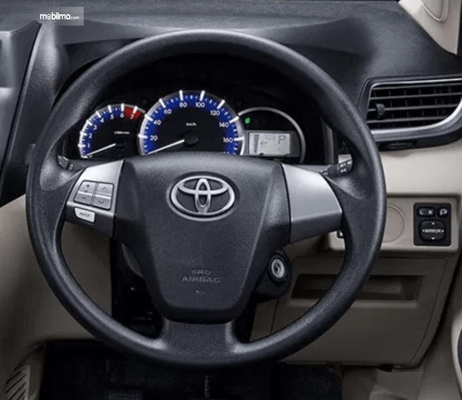gambar ini menunjukkan layar MID dan kemudi Toyota Avanza