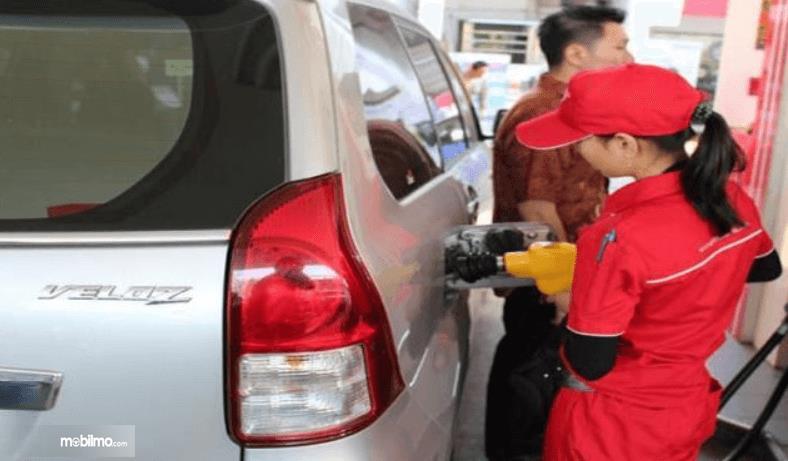 Gambar ini menunjukkan pengisian bahan bakar Toyota Avanza
