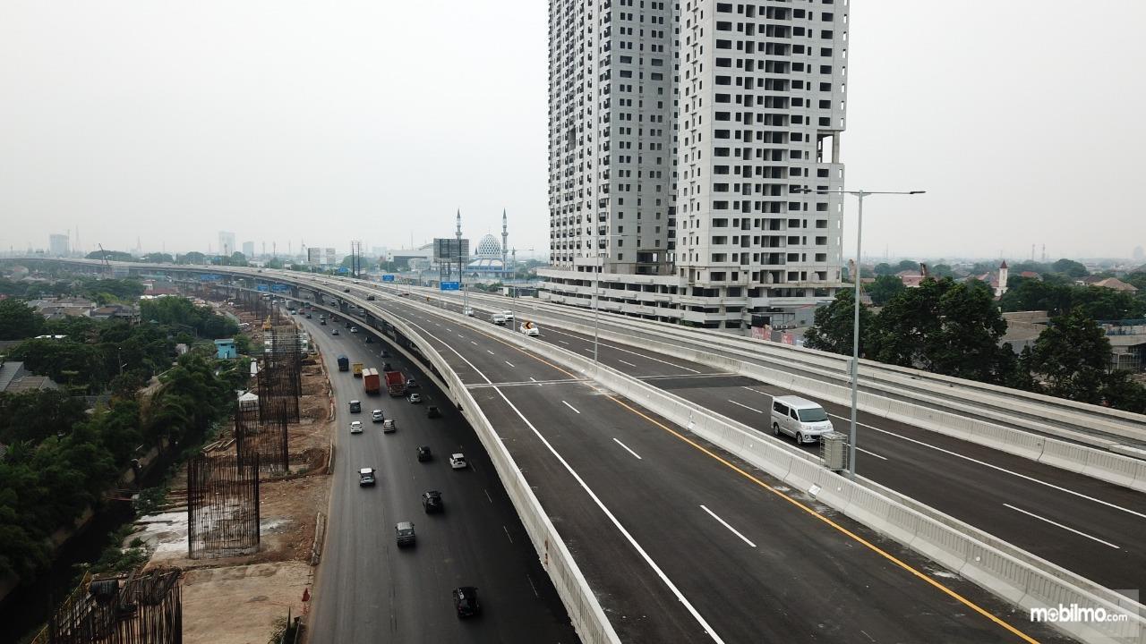 Foto menunjukkan Jalan Tol Layang Jakarta-Cikampek II Sepi