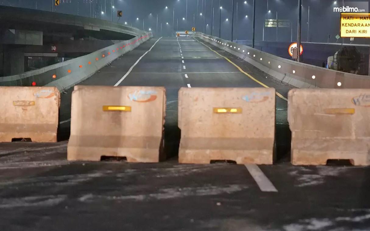 Foto menunjukkan Jalan Tol Jakarta Cikampek 2 dipasang portal