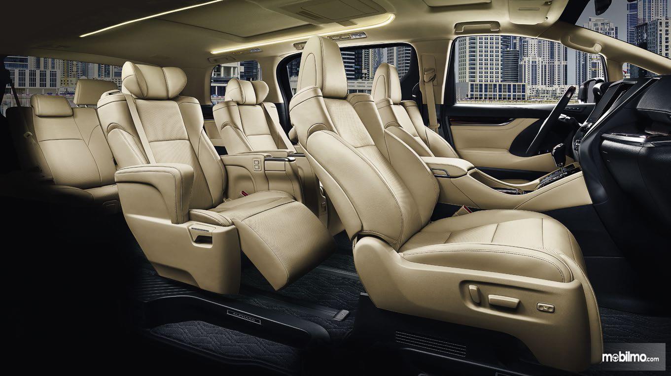 Foto menunjukkan Kabin Toyota Alphard Hybrid