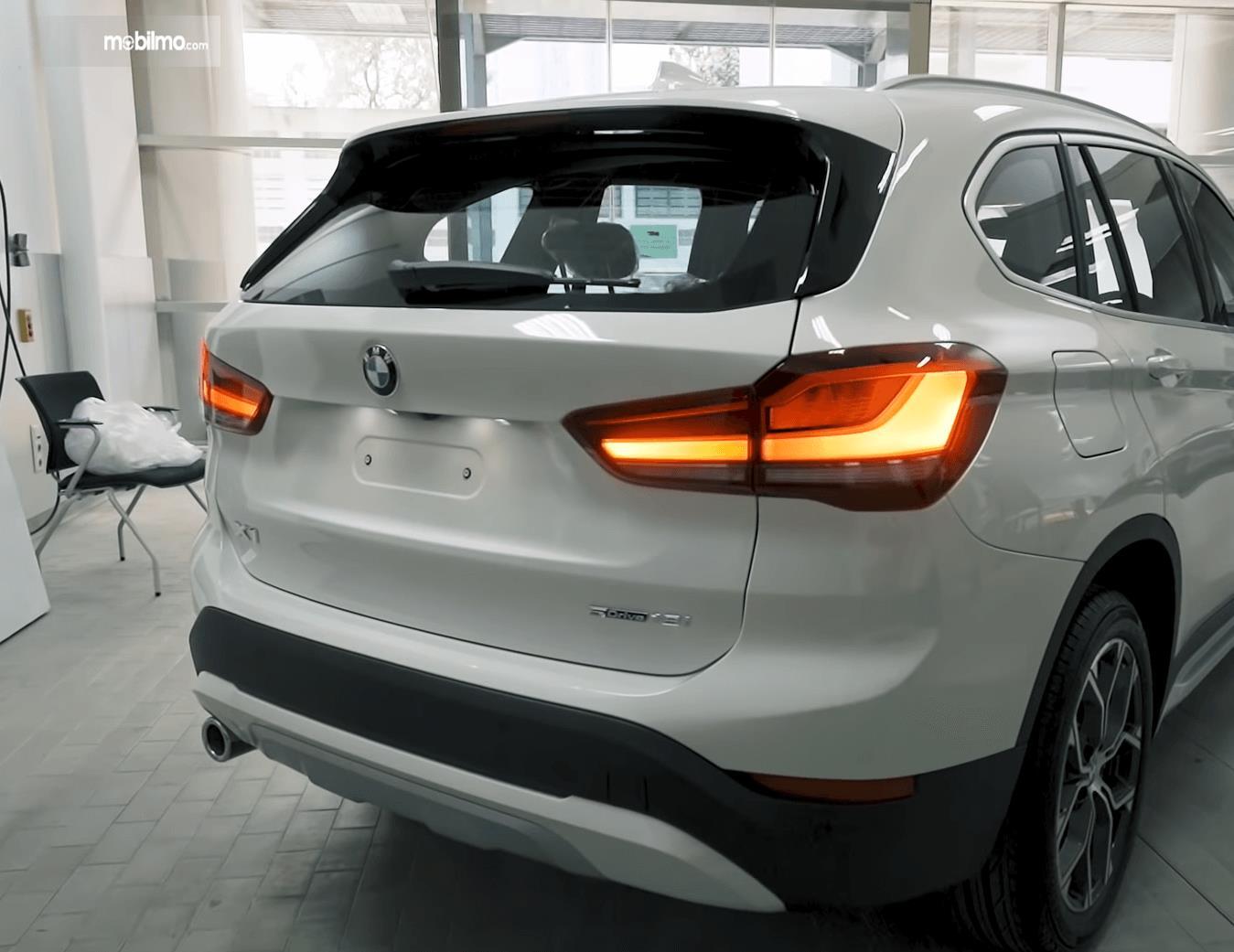 Gambar ini menunjukkan bagian belakang mobil BMW X1 sDrive18i xLine 2020