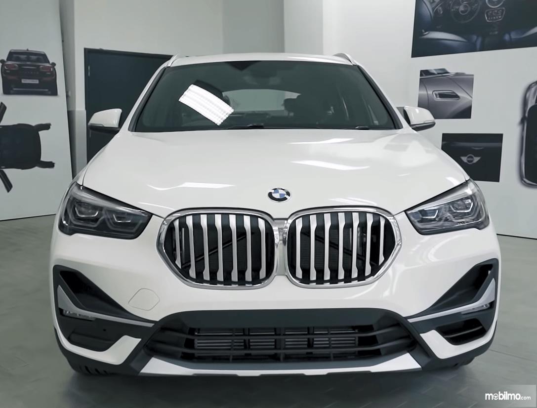 Gambar ini menunjukkan bagian depan mobil BMW X1 sDrive18i xLine 2020