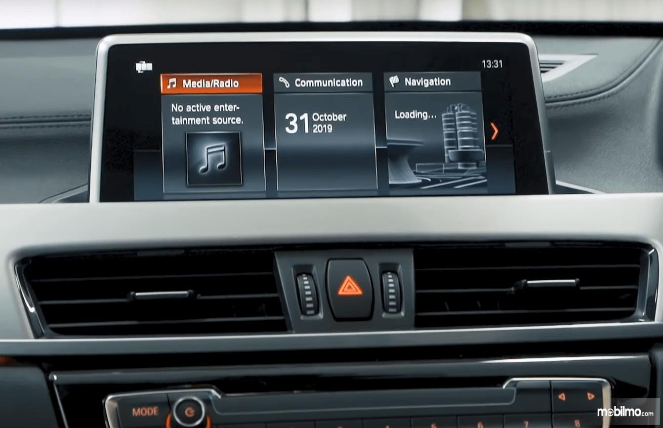 Gambar ini menunjukkan fitur pada mobil BMW X1 sDrive18i xLine 2020
