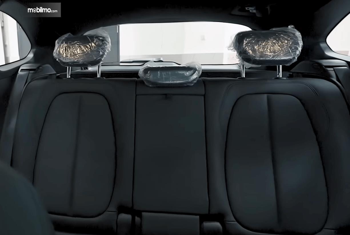 Gambar ini menunjukkan jok belakang BMW X1 sDrive18i xLine 2020