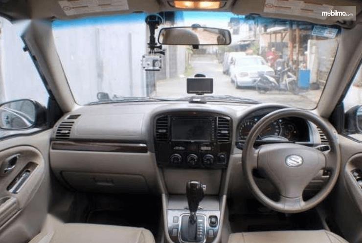 Gambar ini menunjukkan dashboard dan kemudi mobil Suzuki Grand Escudo XL-7 2003