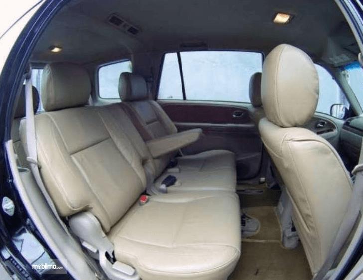 Gambar ini menunjukkan bagian jok mobil Suzuki Grand Escudo XL-7 2003