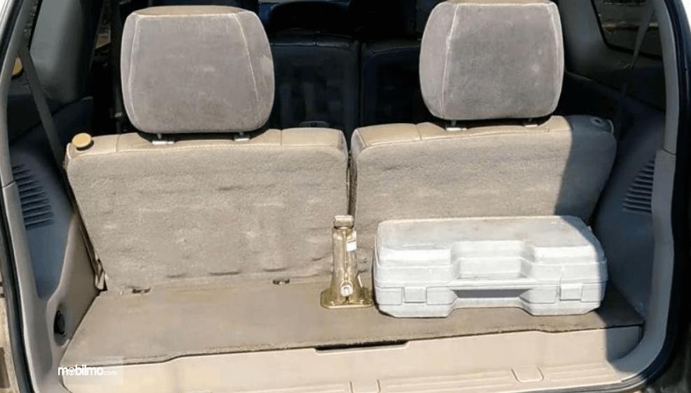 Gambar ini menunjukkan bagian bagasi mobil Suzuki Grand Escudo XL-7 2003