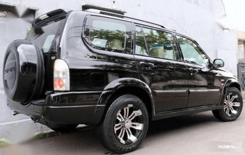 Gambar ini menunjukkan bagian belakang mobil Suzuki Grand Escudo XL-7 2003