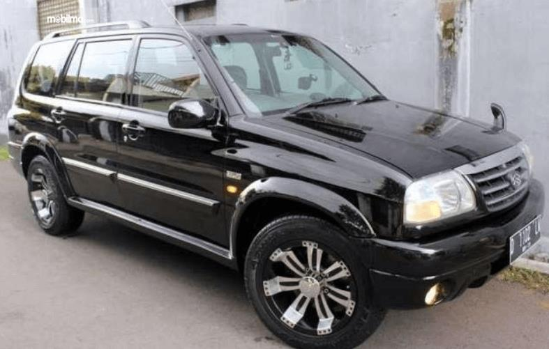 Gambar ini menunjukkan bagian samping mobil Suzuki Grand Escudo XL-7 2003