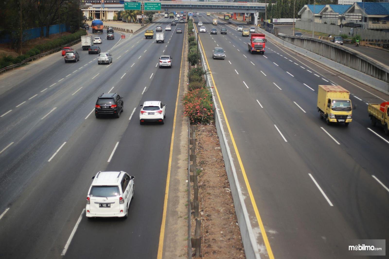Foto menunjukkan situasi lalu lintas di Jalan Tol Jakarta-Tangerang saat lengang