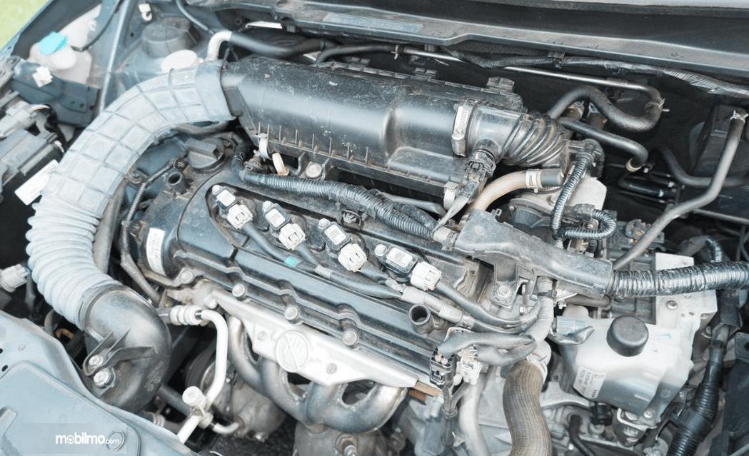 Gambar ini menunjukkan mesin mobil Suzuki Ignis 2020