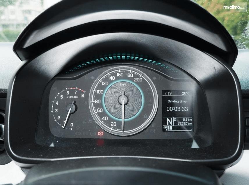 Gambar ini menunjukkan layar MID pada mobil Suzuki Ignis 2020