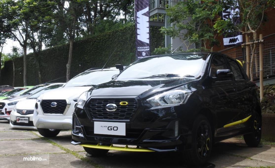 Gambar ini menunjukkan beberapa mobil LCGC diparkir berjejer