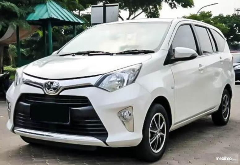 Gambar ini menunjukkan mobil Toyota Calya G putih tampak depan