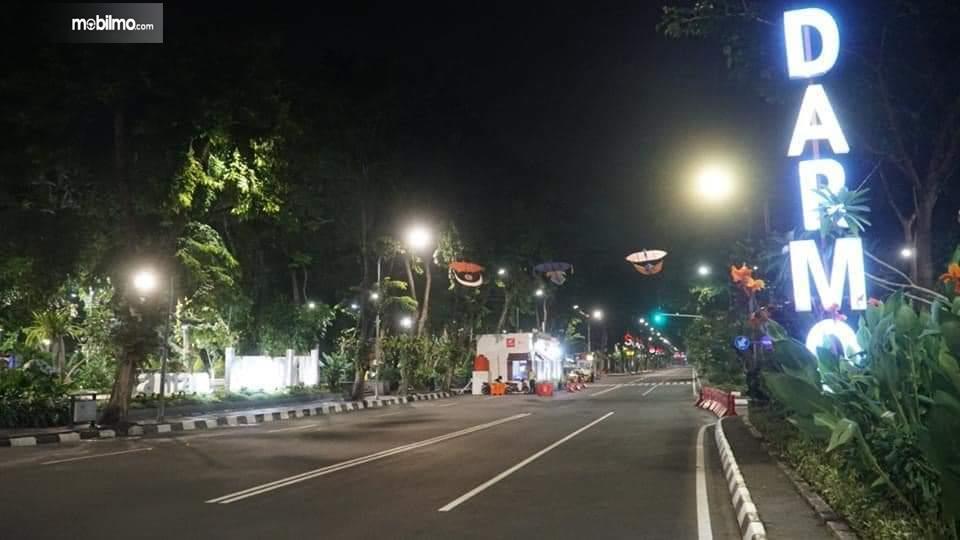 Foto salah satu ruas jalan di Surabaya saat malam hari