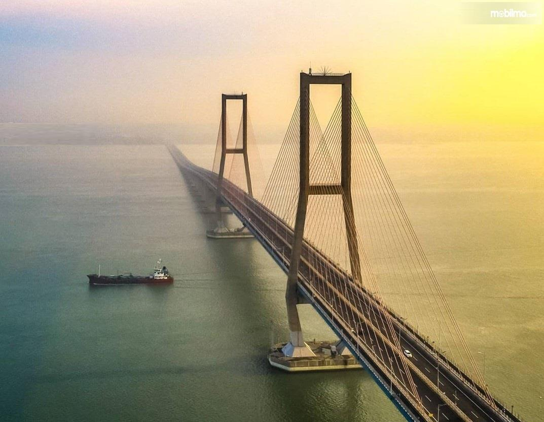 Foto menunjukkan Jembatan Suramadu