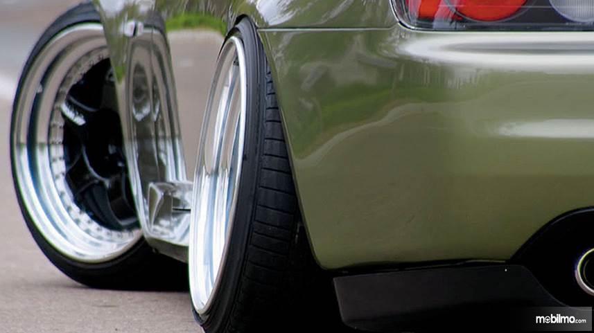 Foto mobil dengan pelek yang sudah dimodifikasi