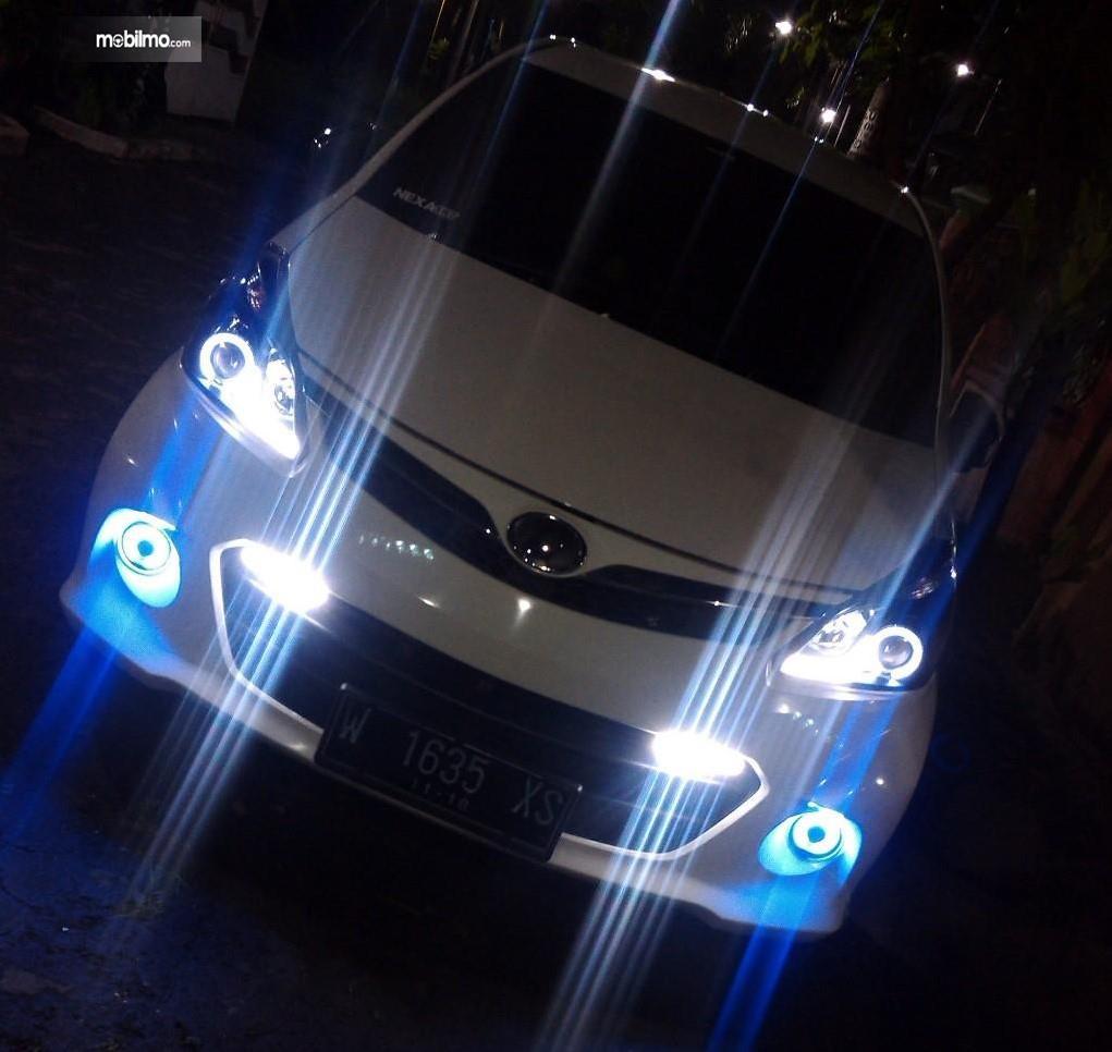 Foto mobil dengan lampu menyilaukan