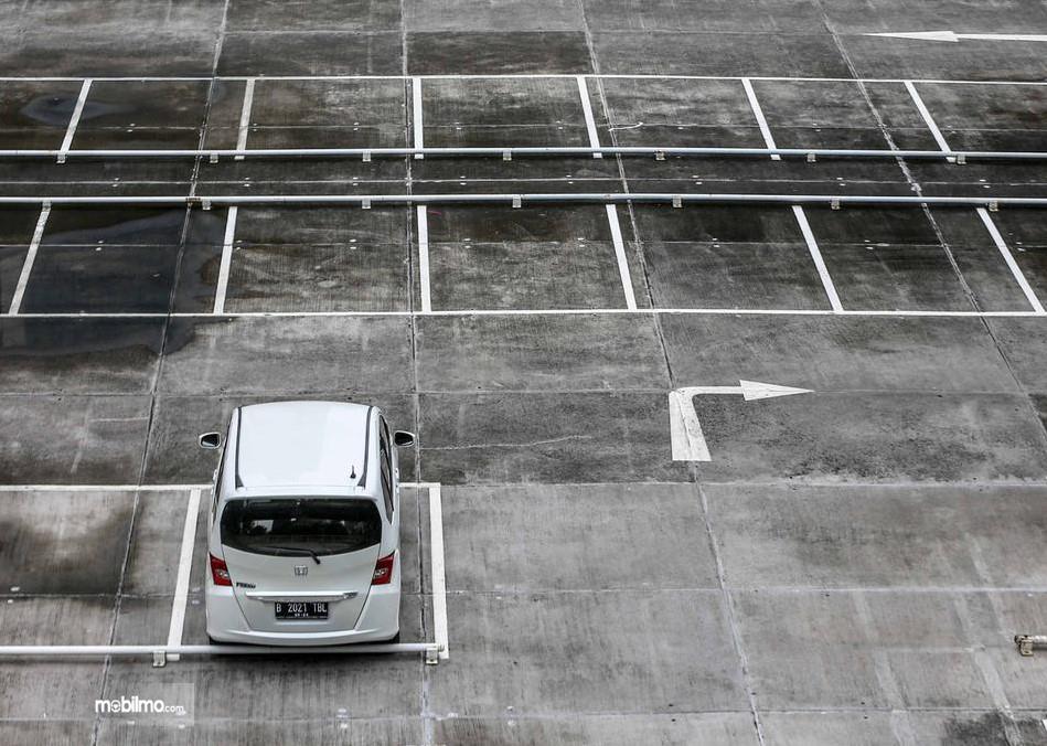 Foto menunjukkan parkir mobil sendirian