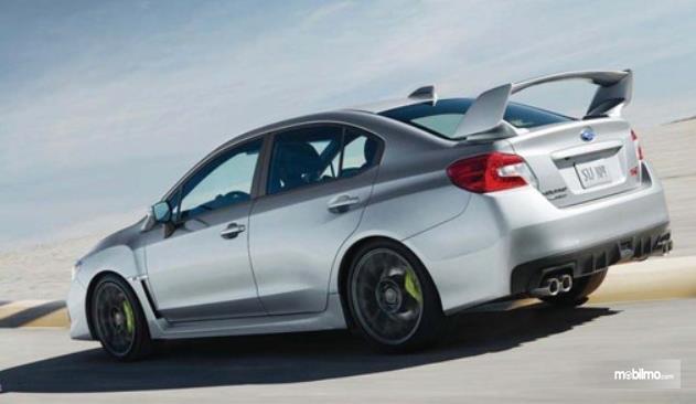 Gambar ini menunjukkan mobil sedan warna silver tampak belakang dan samping