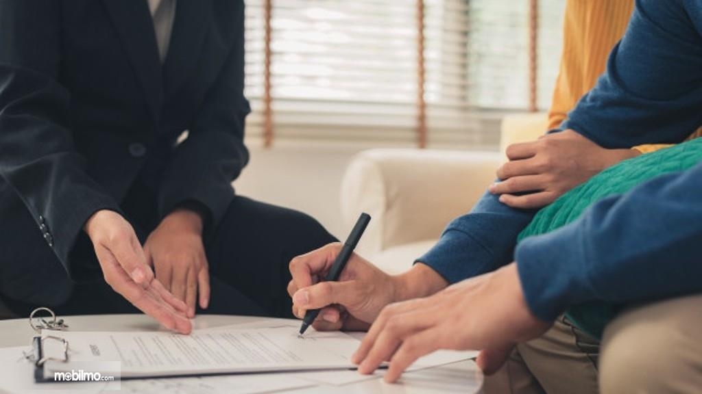 Foto menunjukkan menandatangani perjanjian kredit