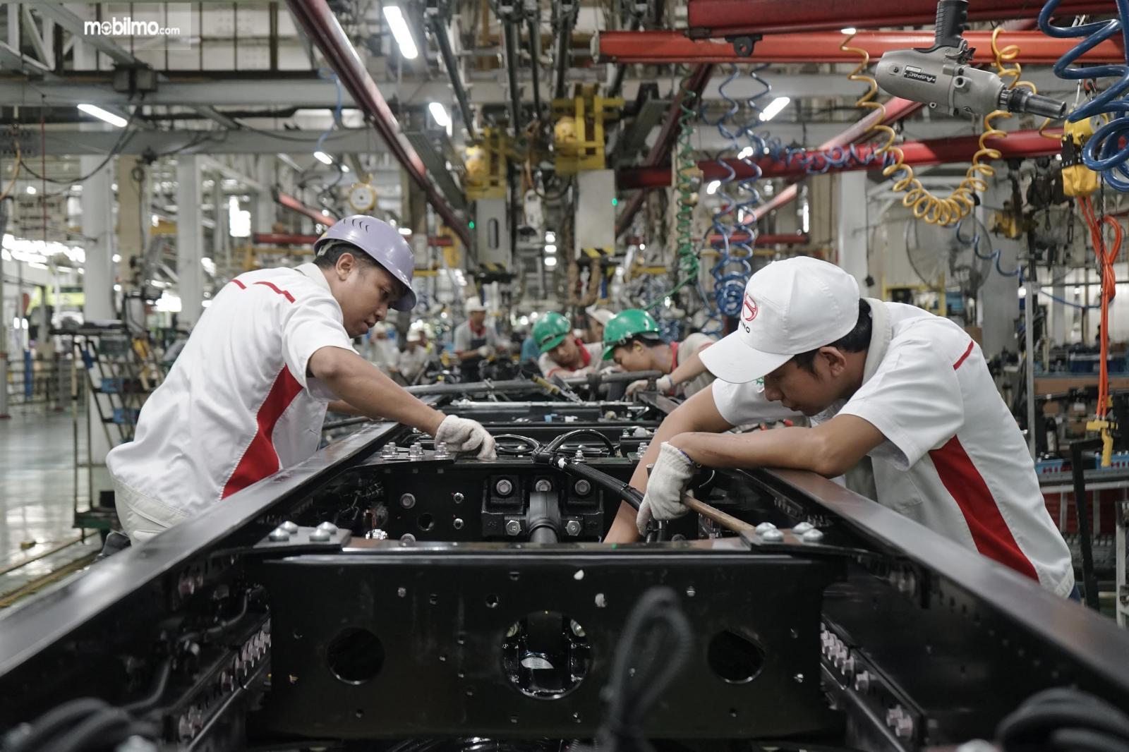 Foto menunjukkan salah satu aktivitas Perakitan di pabrik Hino Indonesia