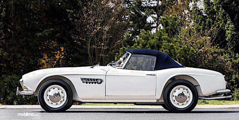 Gambar ini menunjukkan mobil BMW antik dan klasik warna putih