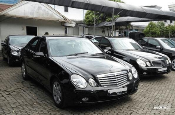 Gambar ini menunjukkan beberapa mobil Mercedes-Benz warna hitam