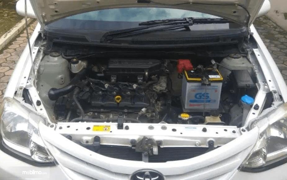 Gambar ini menunjukkan mesin mobil Toyota Etios Liva ex-Taksi 2013